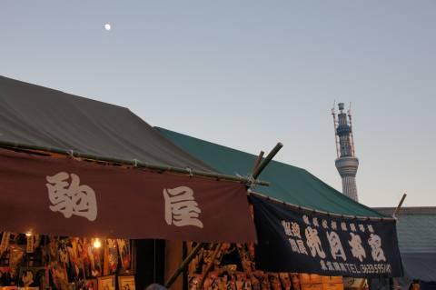 東京スカイツリーと十三夜の月