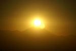 富士山の頂上に太陽が乗っかりました!