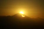 富士山に沿って太陽が沈んでいきます