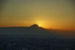 もうすぐ太陽が富士山の中腹に沈みます。これもダイヤモンド富士!