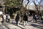 桜を見る気象庁の人を注視する報道陣