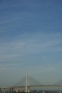 ベイブリッジと飛行機雲
