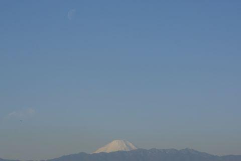 富士山上空の下弦の月