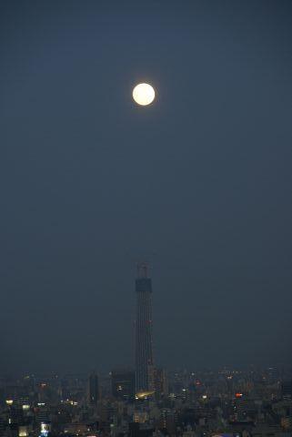 東京スカイツリーの真上の十五夜