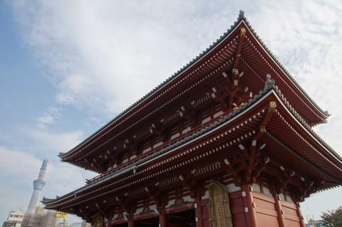 宝蔵門と東京スカイツリー