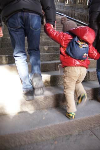 階段を登る悠真