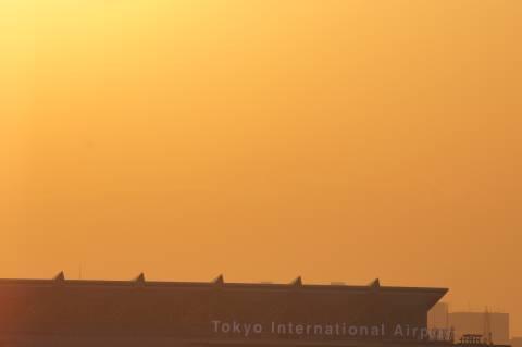 国際線ターミナルの上にかすかに見える富士山