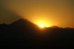 富士山の裾野に日が沈んでいきます。