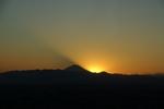 太陽が沈む寸前。空に浮かぶ黒い影は富士山の影です。