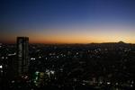 日が沈んで30分。街の明かりも灯り夜の訪れを富士山が優しく見守っています。