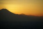 富士山の向こうに見えなくなっても、まだ太陽は右の山を照らしています。