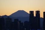 富士山と肩を並べようとする都庁。でも敵いません。