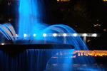 青い噴水越しの明かり絵 うまくデザインされている
