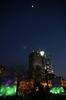都会の灯りと上弦の月