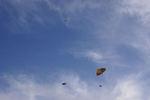 青い空に白い雲、そして舞い上がる凧