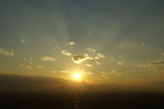 太陽から放射状に天使の梯子が広がってる!