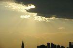 雲の中から太陽が徐々に降りてきて