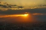 太陽が雲の下に顔を出すと街にスポットライトを当てていました