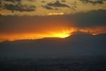 太陽が山の向こうに沈むと山も空も焼けました