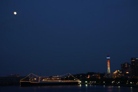 氷川丸とマリンタワーと小望月