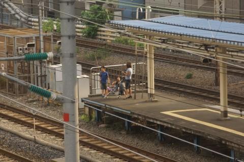 新幹線を見る親子