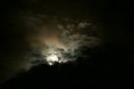 満月が厚い雲を照らし出します