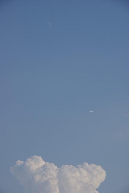 月と飛行機と入道雲