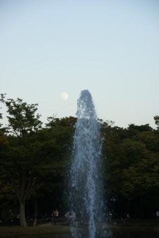 噴水と十五夜