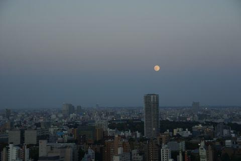 上り始めの満月