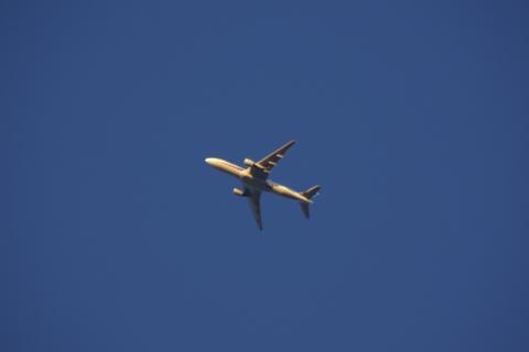 夕日を浴びる飛行機