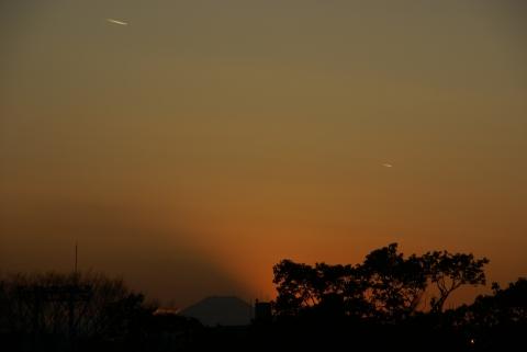 富士山を彩る飛行機雲