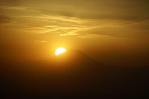 富士山の山腹に沈む夕日