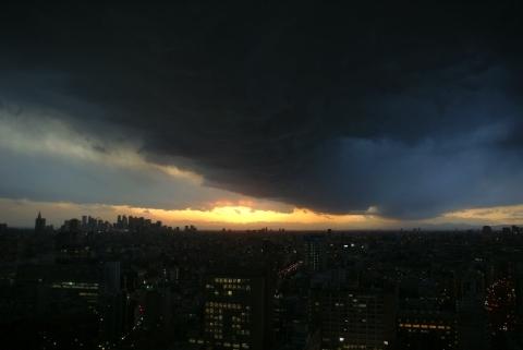 怪しい雲が広がる
