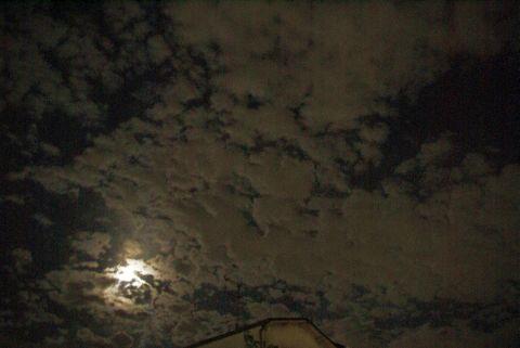 雲の海を泳ぐ満月
