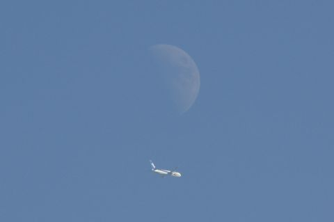 月の下側を飛ぶ全日空機
