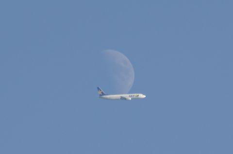 月をかすめたスカイマークエアライン機