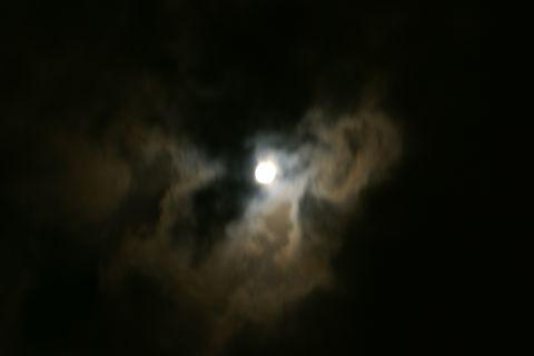 雲の中のお月様