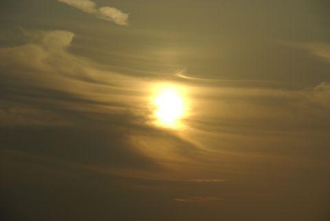 雲に滲む夕日