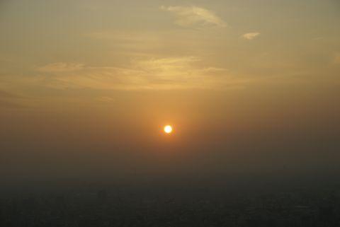 雲を抜け出た夕日