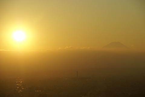 富士山と雲に入る夕日