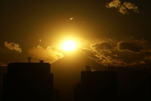夕日、富士山にかかる