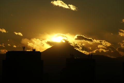 山頂付近にかかってる夕日