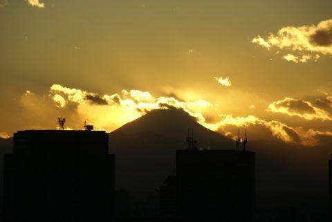 金色の空に浮かぶ富士山
