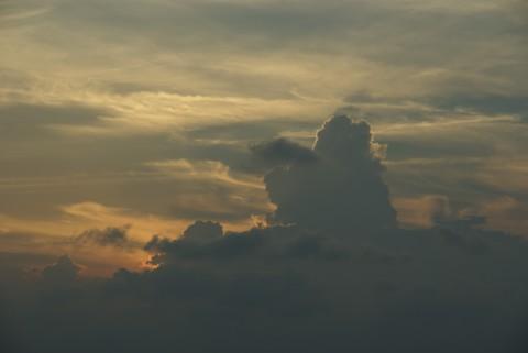伸びる雲の影