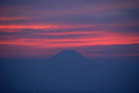 夕焼けに佇む富士山