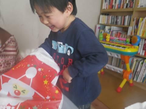 プレゼントを開ける悠真
