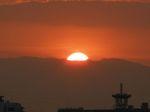 太陽の右端のこんもりしたのは白山岳?それとも雲?