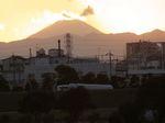 対岸の道路なのに富士山の足元に車が走ってるみたいです。