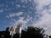 都会の空にも浮かぶ雲の一つ一つに