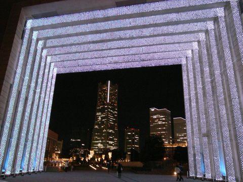 ナビオス横浜「光のゲート」
